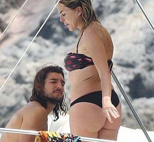 Claudia Gerini in bikini paparazzata in Sardegna - Agosto 2017