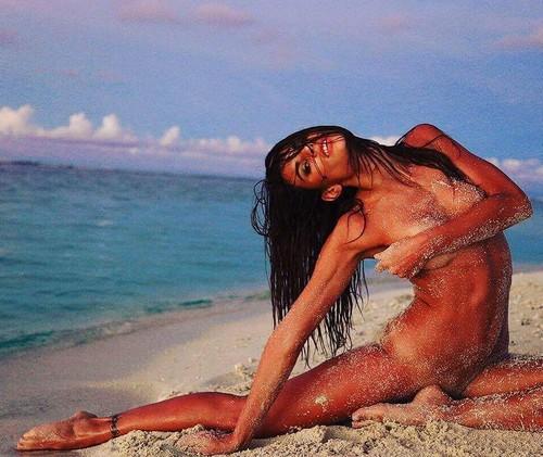 Dayane Mello : Completamente nuda in un servizio fotografico