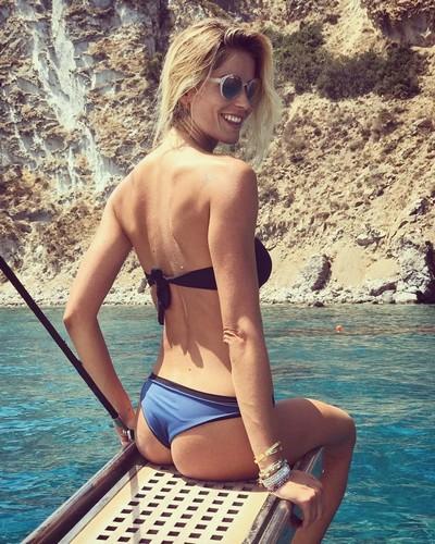 Elena Santarelli : Lato B da urlo in bikini a Ponza - 07 luglio 2017