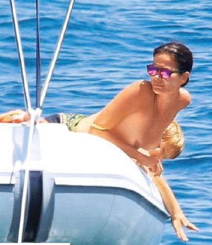 Ilaria Spada in Topless in Barca : Paparazzata in Puglia da Gente - Agosto 2017