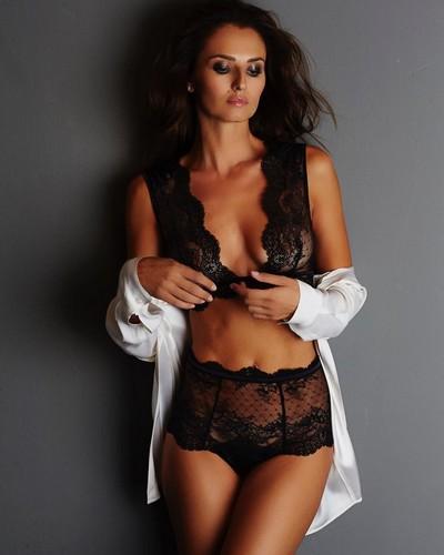 Anna Safroncik in lingerie per un servizio fotografico