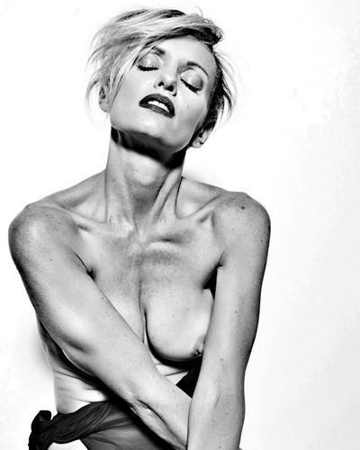 Justine Mattera Completamente Nuda e in Topless - Servizio Fotografico Sconosciuto