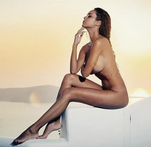 Susanna Canzian completamente nuda a Santorini per un servizio fotografico