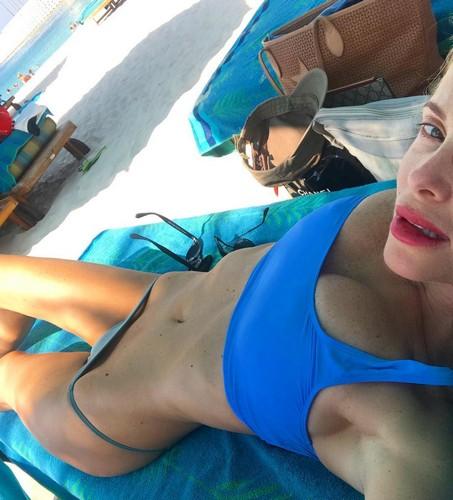 Alessia Marcuzzi in micro bikini : Selfie ad alto tasso erotico a Dubai - 04 novembre 2017