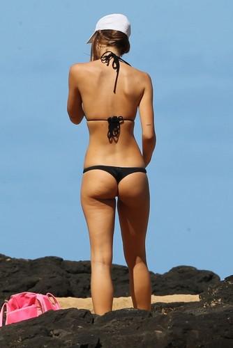 Alexis Ren : Lato B da urlo paparazzata in bikini alle Hawaii - 09 novembre 2017