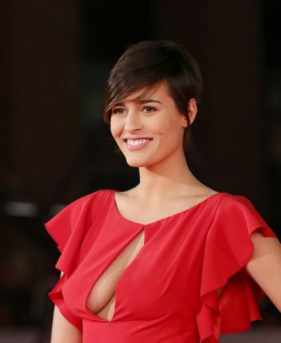Alice Sabatini : Scollatura da capogiro sul red carpet al festival del cinema di Roma - 02 novembre 2017